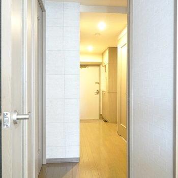 廊下に出て右手に脱衣所とトイレ、左手に洋室。