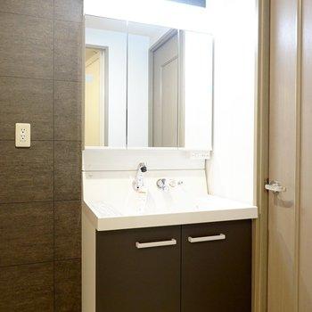 新しい洗面台の扉もクロスに合わせた色。大きな鏡とシャンプードレッサー付き!