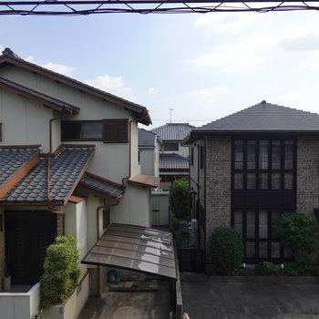 正面の眺めは隣家。