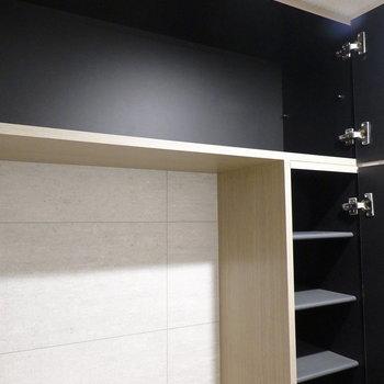 真ん中にはフリースペースと棚、上部にも棚付きで大容量。