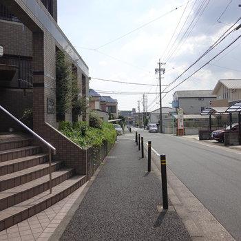 左に出ると道路。ゴミ置き場はこちら側に。
