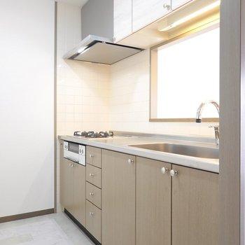 キッチンは奥まった位置に。レンジフードやコンロ、水栓が新しくなってますよ◎