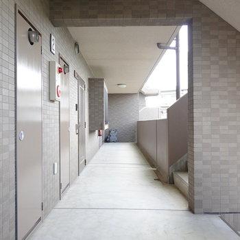 お部屋は階段を上がって右手。