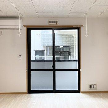掃き出し窓は少し背の高いタイプ。淡い色味の内装が素敵◎