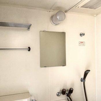 棚やカーテンレールもしっかり設置されています。