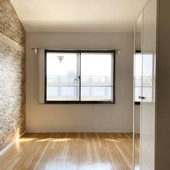 南向きの窓からお日さまの入る7.5帖の居室部分。