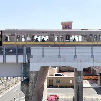 ベランダはありません。眺望は目の前を地下鉄が走っていきます。