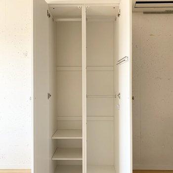 中は半分がハンガーパイプの棚板、半分がハンガーパイプ2段に。ちょっとコンパクトなので収納ベッドなどでカバーしましょう。
