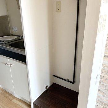 キッチンのお隣に洗濯機置場。ちょっとサイズがコンパクトなので洗濯機はしっかり採寸してから購入しましょう。