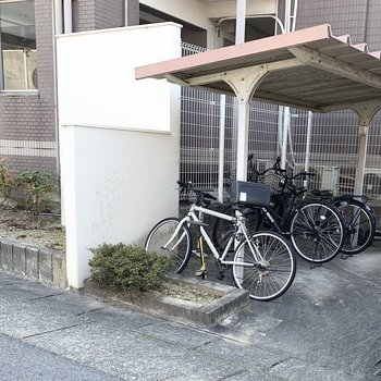 自転車置場はマンションの裏手に。