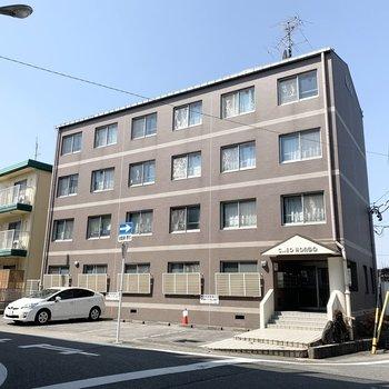 4階建ての鉄筋コンクリートのマンションです。