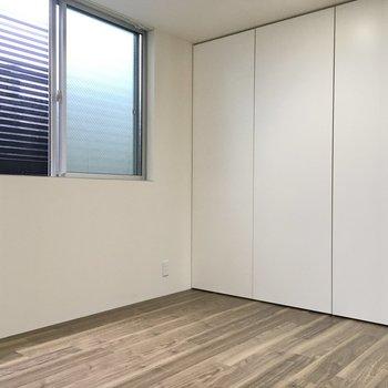 洋室は5.6帖。こちらは寝室に良さそうだ。扉の奥は収納になっていました。
