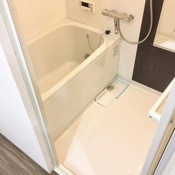 お風呂は追い焚き機能付きのサーモ水栓!ゆったり過ごせそうですね。