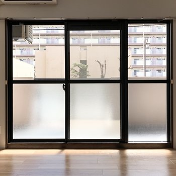 【洋5.5】FIX(開かない窓)付の大きな掃き出し窓のある5.5帖のお部屋です。