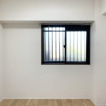 【洋5】北側にはコンパクトな洋室が。