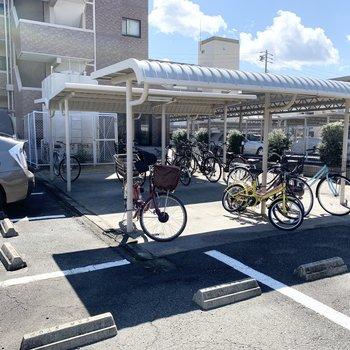 自転車置場もしっかり屋根付。スペースもたっぷりと。