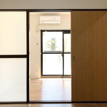 そんなドアの向こう側は南向きの洋室が。