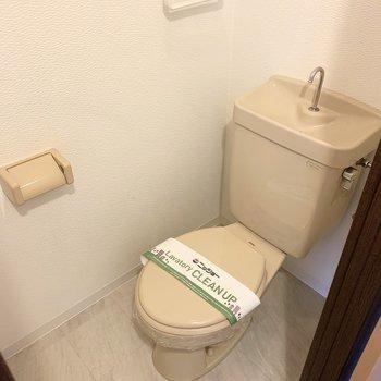 おトイレはシンプルですが、コンセントがあるのでウォシュレットの後付けも可能です。