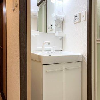 洗面脱衣所は少しコンパクトなので、朝の時間はかぶらないようにタイムスケジュールを組んで◎