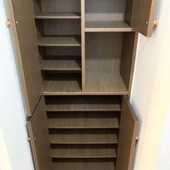 上段は左右1足ずつ、下段は2足ずつくらいの可動棚です。