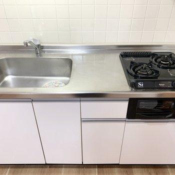 キッチンはグリル付2口ガスコンロのシステムキッチンです。