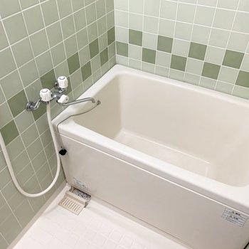 お風呂はグリーンのタイルがかわいいんです!