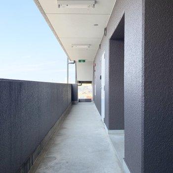 エレベーターと階段の方はオープンな空間です。