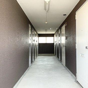 共用廊下は中廊下タイプ。