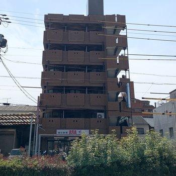 1階に新聞屋さんの入る7階建ての鉄筋コンクリートマンションです。