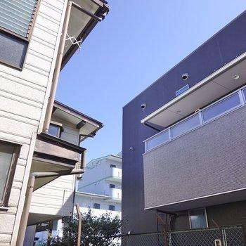 周りはブロック塀で囲まれていますが、上を見上げると青空が見えます。