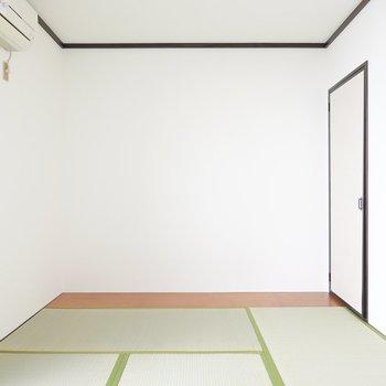 フロアベッドとサイドテーブルを置いて和モダンな寝室に。