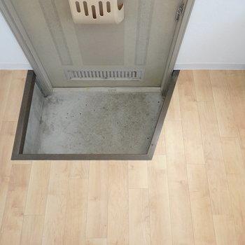 キッチンのすぐ横に玄関。備え付けの靴箱はありません。