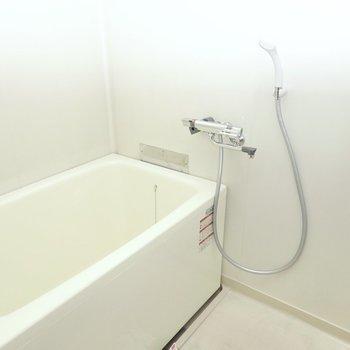 お風呂は右手。浴室内は真っ白で清潔な印象。