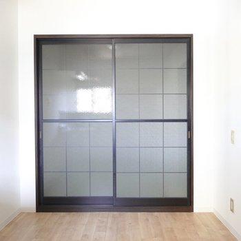 和室側はスペースが広く、キッチン家電も余裕を持って置けそう。