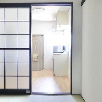 ガラス戸の向こうはキッチンスペース。