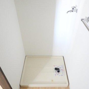 左には洗濯機置場。