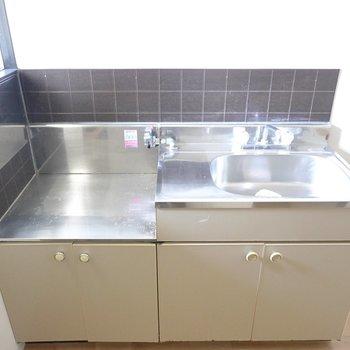コンロは持ち込み式。調理スペースが少し手狭なので調理台を用意しましょう。