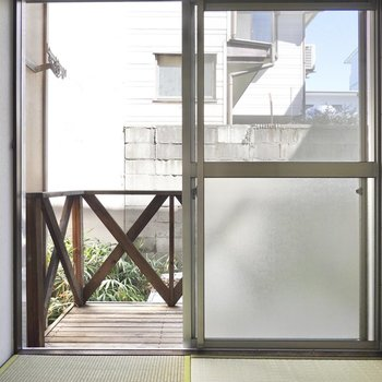 窓の外にはウッドデッキがあります。こちらの紹介は後ほど。