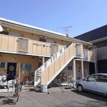 駅から歩いて約5分のアパートの1階がお部屋。
