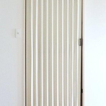 脱衣所のドアはアコーディオンカーテンになっています。