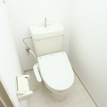 トイレは玄関側に。嬉しいウォシュレット付きです◎