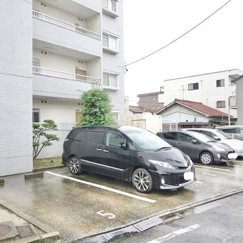 右手には駐車場があります。