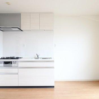 DKには新しいシステムキッチン!右側には家電が置けるスペースもたっぷりと。