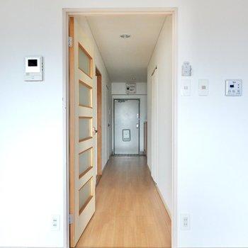 キッチン横のドアから廊下へ。右手に脱衣所とトイレ、左手にもうひとつの洋室があります。