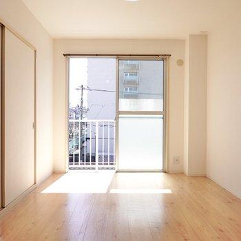 南向きの窓から明るい陽が差し込むリビング。窓際にはエバーフレッシュなどを飾りたい◎