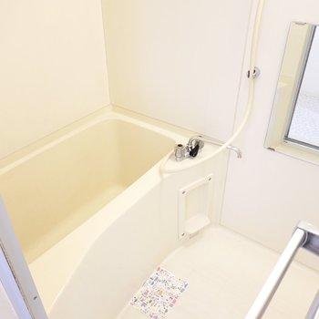 右にはお風呂。シンプルですがこれが使いやすい。