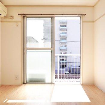 【洋6】和室から洋室にリノベーション!窓辺には二人で寝れるベッドを置いて。