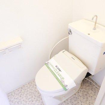 モザイクタイルの床がカワイイトイレはウォシュレット付き。