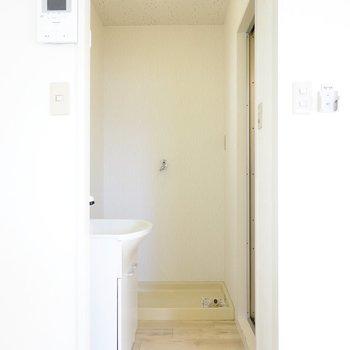 脱衣所に入って正面には洗濯機置き場。
