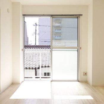 【洋6】窓際にテレビとソファを置いて日差しで温まりながらゆったり。